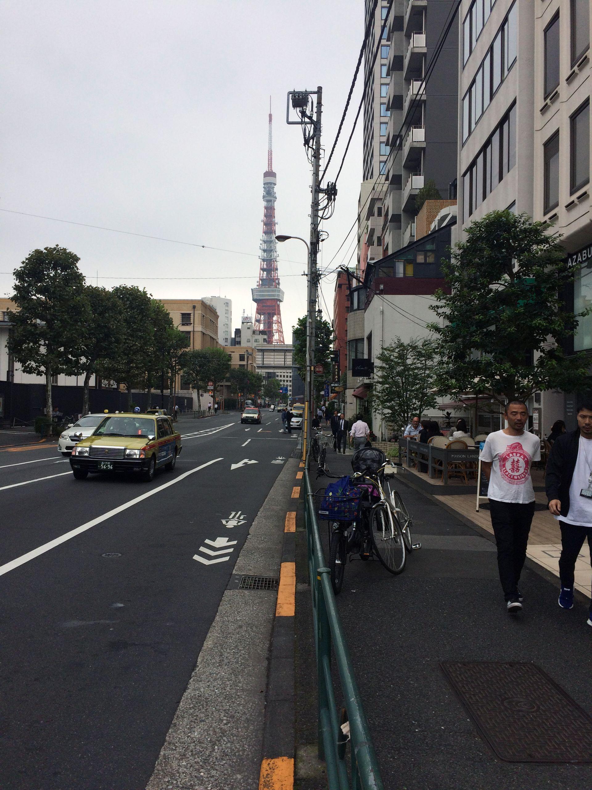 首都高を越え東京タワーを望む辺りにオープンカフェ付きで営業している
